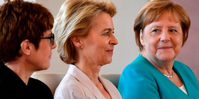 EU:s nyvalda kommissionsordförande Ursula von der Leyen tillsammans med Annegret Kramo-Karrenbauer som tar över som försvarsminister samt förbundskaslern Angela Merkel.  JOHN MACDOUGALL / AFP