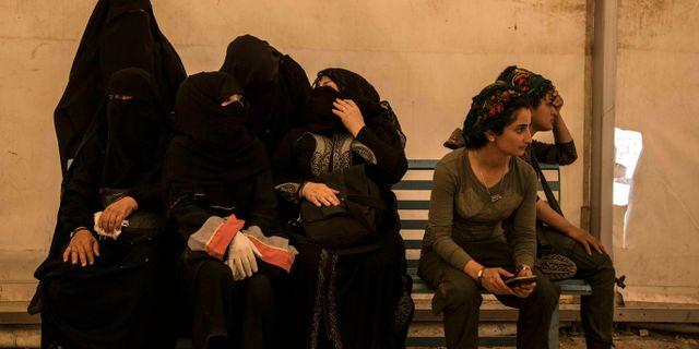 Kvinnor som hålls fångna i al-Hol tillsammans med soldater från Syriska demokratiska styrkorna. Baderkhan Ahmed / TT NYHETSBYRÅN
