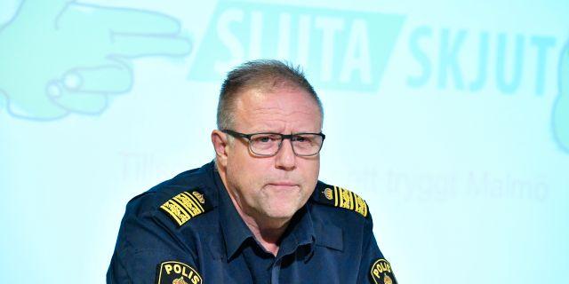 """Stefan Sintéus, polisområdeschef i Malmö, berättar om projektet """"Sluta skjut"""" under en pressträff i Malmö. Satsningen syftar till att förebygga skjutningar och grovt våld i Malmö. Johan Nilsson/TT / TT NYHETSBYRÅN"""