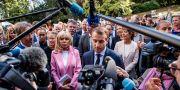 Brigitte och Emmanuel Macron med journalister i helgen. POOL / TT NYHETSBYRÅN