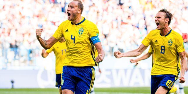 Andreas Granqvist och Albin Ekdal jublar efter straffmålet. JOEL MARKLUND / BILDBYR N