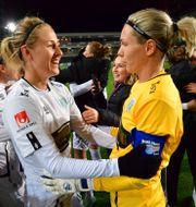 Göteborgs Emma Kullberg och Jennifer Falk firar att de är svenska mästare efter segern med 7-0 i lördagens fotbollsmatch i damallsvenskan mellan Linköpings FC och Kopparbergs/Göteborg FC Jonas Ekströmer/TT / TT NYHETSBYRÅN