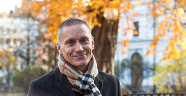 Ibland kan det  vara bättre att gå upp en stund än att ligga kvar och kämpa för att somna, säger Fredrik Rickardson, psykolog hos Skandias samarbetspartner Sophiahemmet Rehab Center.