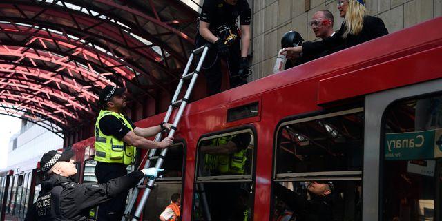 Aktivisterna tog sig upp på tågtak. Kirsty O'Connor / TT NYHETSBYRÅN