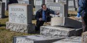 Polisen på plats begravningsplatsen i Philadelphia. Michael Bryant / TT / NTB Scanpix