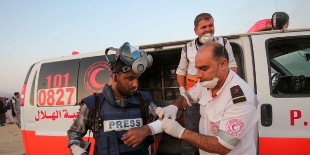 Bild från tisdagen. Sjukvårdare från Röda halvmånen bandagerar en skadad journalist i samband med protesterna. SAID KHATIB / AFP