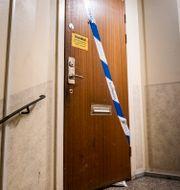 Ytterdörren till familjens lägenhet i Haninge.  Magnus Hjalmarson Neideman/SvD/TT / TT NYHETSBYRÅN