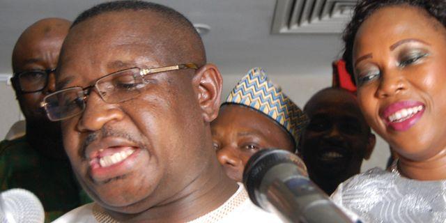 Julius Maada Bio när hans svor presidenteden intill sin fru Fatim Bio. SAIDU BAH / AFP