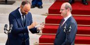 Den nye premiärministern Jean Castex applåderas av sin föregångare Edouard Philippe Thomas Samson / TT NYHETSBYRÅN