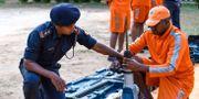 Räddningsarbetare går igenom förberedelser inför cyklonen. SAM PANTHAKY / AFP