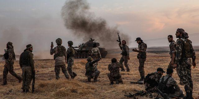 Turkiska och turkstödda stridande utanför staden Manbij i Syrien.  ZEIN AL RIFAI / AFP