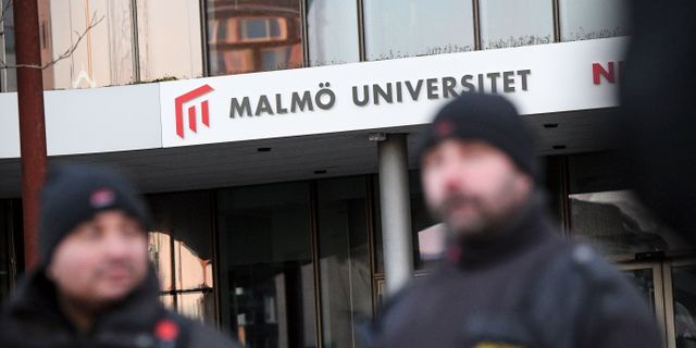Väktare på plats och lappar på dörrarna meddelar att lokalerna hålls stängda vid Malmö universitet på måndagen.  Johan Nilsson/TT / TT NYHETSBYRÅN