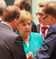 Angela Merkel talar med europeiska ledare under EU-toppmötet i Bryssel på torsdagen. LUDOVIC MARIN / AFP