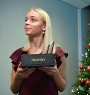 HUIs analytiker Saga Bowallius presenterar årets julklapp som är en mobillåda.  Anders Wiklund/TT / TT NYHETSBYRÅN
