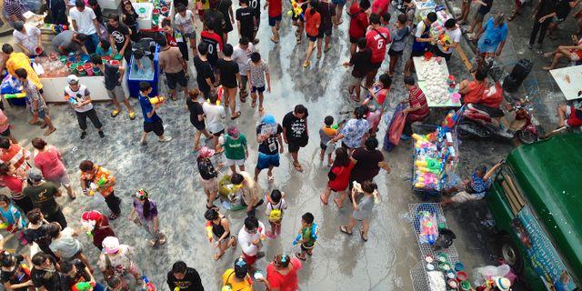 Det thailändska nyåret Songkran firas med ett gigantiskt vattenkrig i tre dagar. James Antrobus/Wikicommons