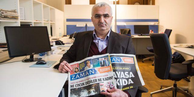Sueleyman Bag visar upp den nya tidningen i Berlin på måndagen. JOHN MACDOUGALL / AFP