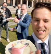 Tomas Eneroth (S) och MP:s tårtfirande. TT