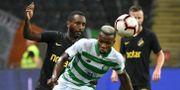 Celtics Boli Bolingoli i duell med AIK:s Henok Goitom. Jonas Ekströmer/TT / TT NYHETSBYRÅN