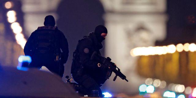 Poliser arbetar efter dödskjutningen vid Champs Élysées i centrala Paris. CHRISTIAN HARTMANN / TT NYHETSBYRÅN