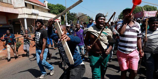 Personer med hemmagjorda vapen i Johannesburg. TT NYHETSBYRÅN