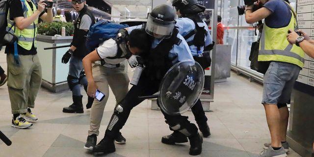Kravallpolis griper demonstrant på Hongkongs internationella flygplats på tisdagen Kin Cheung / TT NYHETSBYRÅN/ NTB Scanpix