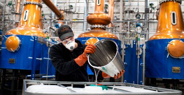 Whiskydestilleriet Agiator har ställt om delar av sin produktion för att göra handsprit istället. Pontus Lundahl/TT / TT NYHETSBYRÅN