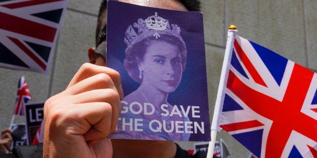 En demonstrant på plats utanför det brittiska konsulatet i Hongkong. Vincent Yu / TT NYHETSBYRÅN