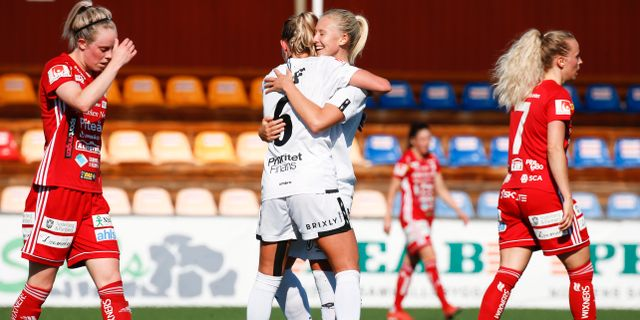 Rebecka Blomqvist jublar med Julia Roddar efter sitt 5-0 mål. Pär Bäckström/TT / TT NYHETSBYRÅN
