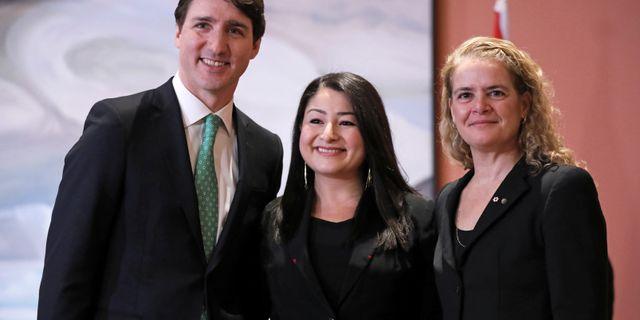 Premiärminister Justin Trudeau tillsammans med nya ministern Maryam Monsef och generalguvernören Julie Payette. CHRIS WATTIE / TT NYHETSBYRÅN