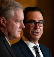 USA:s finansminister Steven Mnuchin och Trumps stabschef Mark Meadows. Carolyn Kaster / TT NYHETSBYRÅN