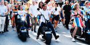 M-ledaren Ulf Kristersson kör en elmoped under Stockholms Pride i somras Stina Stjernkvist/TT / TT NYHETSBYRÅN