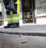Fimpar och skräp plockas upp av Stockholmsvärdar. Tomas Oneborg / SvD / TT / TT NYHETSBYRÅN