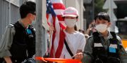 En demonstrant bär en amerikansk flagga utanför USA:s konsulat i Hongkong. Kin Cheung / TT NYHETSBYRÅN