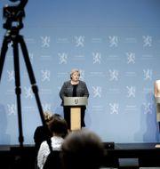 Hälsoministern Bent Høie, statsminister Erna Solberg och Folkehelseinstituttet avdelningschef Line Vold under en pressträff. Jil Yngland / TT NYHETSBYRÅN