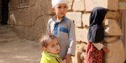 En pojke som överlevde saudiledda bombräder förra sommaren. Här med sina syskon i Saada i Jemen.  Naif Rahma / TT NYHETSBYRÅN