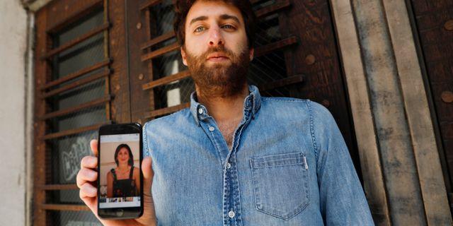 Matthew Caruana Galizia håller upp en bild på sin mor Daphne Caruana Galizia. SHANNON STAPLETON / TT NYHETSBYRÅN
