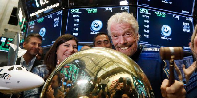 Rymdturismföretaget Virgin Galactic vd Richard Branson firar att hans företag noteras på Wall Street. Oktober 2019. Richard Drew / TT NYHETSBYRÅN