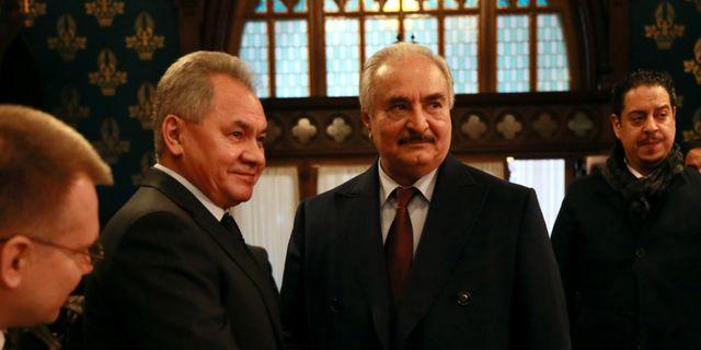 Khalifa Haftar till höger skakar hand med Rysslands försvarsminister Shoigu. MINISTRY OF FOREIGN AFFAIRS OF T / TT NYHETSBYRÅN