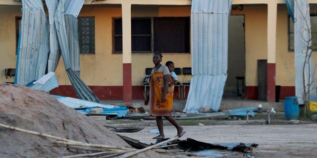 En kvinna med hennes bebis i Moçambique. Themba Hadebe / TT NYHETSBYRÅN/ NTB Scanpix
