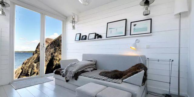 """""""Fabolous Sea Cottage in archipelago"""" i Stockholms skärgård ligger på en klippa på Saxarfjärden och är det boende som flest användare drömmer om inför Sverigesemestern. Airbnb"""