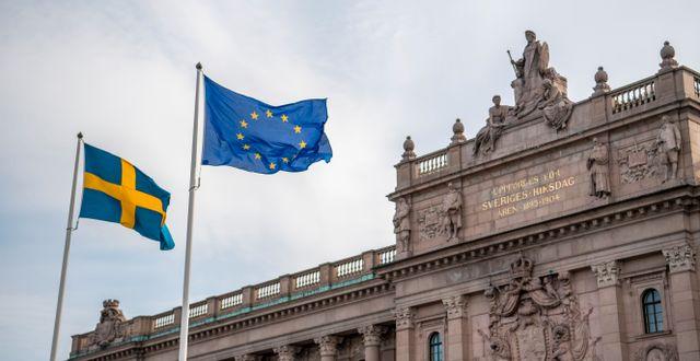 Sveriges flagga och EU-flaggan utanför riksdagen.  Henrik Montgomery/TT / TT NYHETSBYRÅN