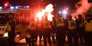 Polis på plats då FC Köpenhamns supportrar anländer till Malmö stadion för Europa League matchen mellan Malmö FF och FC Köpenhamn på torsdagen. TT / TT NYHETSBYRÅN
