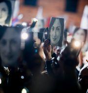 Demonstranter som håller upp bilder på Daphne Caruana Galizia. Arkivbild. Rene Rossignaud / TT NYHETSBYRÅN