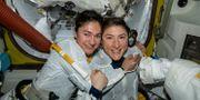 I bilden som släppts av Nasa syns Jessica Meir till vänster med kollegan Christina Koch. TT NYHETSBYRÅN