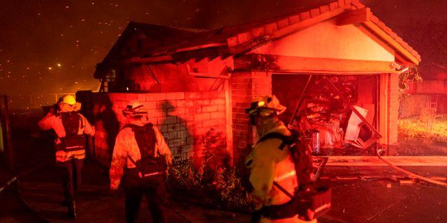 Brandmän kämpar mot elden DAVID MCNEW / AFP