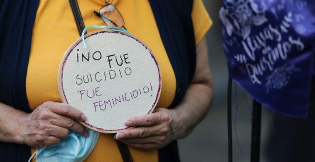"""""""Det var inte självmord, det var femicide"""", står det på en aktivists skylt vid en protest i Mexiko City.  Eduardo Verdugo / TT NYHETSBYRÅN"""