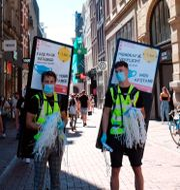 Personer i Amsterdam som påminner om att det masktvång i vissa delar av staden.  Mike Corder / TT NYHETSBYRÅN