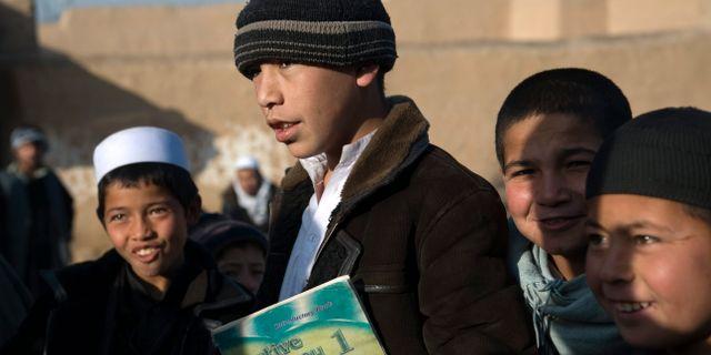 Arkivbild. Skolpojkar i utkanten av Mazar-e-Sharif i norra Afghanistan HENRIK MONTGOMERY / TT / TT NYHETSBYRÅN