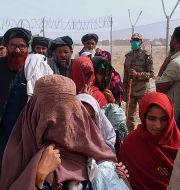Människor korsar gränsen från Afghanistan till Pakistan, 15 augusti.  Jafar Khan / TT NYHETSBYRÅN