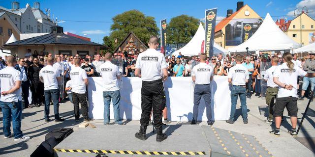 Nazistiska Nordiska motståndsrörelsen talar på hamnplan i Viby. Henrik Montgomery/TT / TT NYHETSBYRÅN